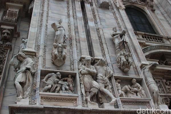 Foto: Marmer-marmer itu didatangkan dari Candoglia, suatu desa di Italia. Sumber Daya Manusia terbaik pun didatangkan dari seluruh Eropa tengah, mencakup arsitek, pematung hingga kuli untuk membangun katedral ini. (Erwin/detikTravel)