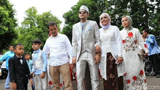 Gaya Rifky Balweel Berkacamata Hitam saat Tiba di Lokasi Pernikahan