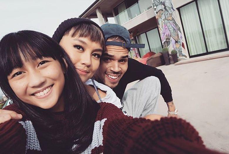 Agnez Mo mengunggah kembali foto kebersamaannya dengan Chris Brown. (Foto: dok. Instagram Agnez Mo)