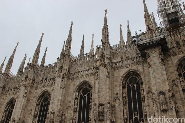 Foto: Ada kurang lebih 135 puncak menara, 3.400 patung plus 700 ukiran relief di seluruh katedral ini. Patungnya beraneka macam kisah Alkitab, mulai dari orang suci, martir penebusan dosa melalui salib hingga patung yang letaknya paling tinggi, adalah Madonnina (Bunda Maria) (Erwin/detikTravel)-