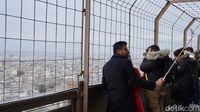 Turis-turis di lantai 2 Menara Eiffel