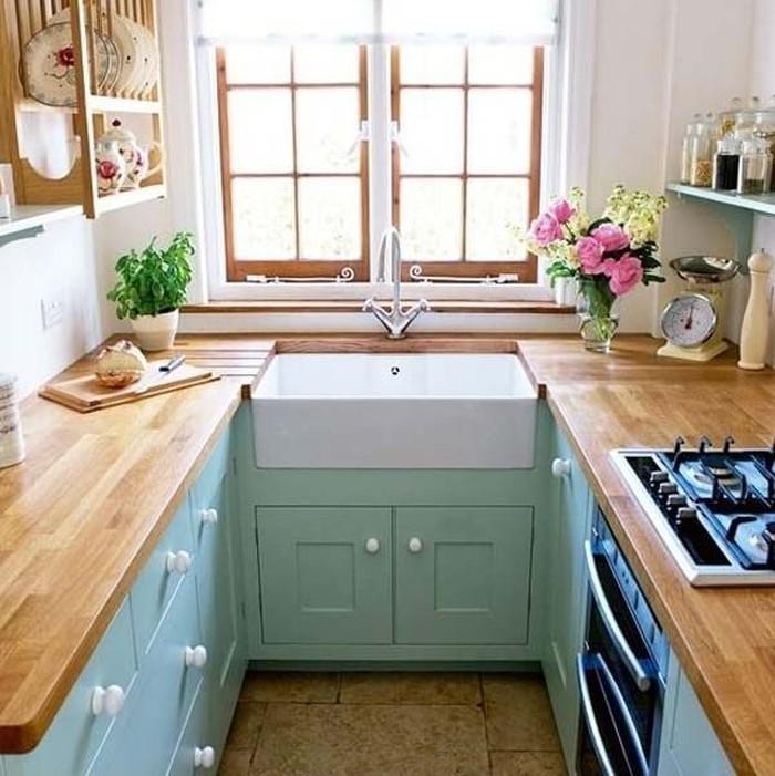 Jika hanya memiliki ruang kecil, Anda dapat memanfaatkannya jadi dapur yang cantik. Kitchen set yang disusun rapih bisa jadi tempat menyimpan barang yang sesuai dan tak terlihat. Semakin nyaman ketika dapur diberi jendela kecil untuk sirkulasi udara. Foto: Istimewa