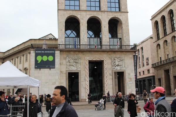 Untuk masuk ke dalam katedral, pengunjung harus mengeluarkan biaya 4 Euro – 15 Euro (Rp 64-240 ribu). Namun jika tak cukup waktu, pengunjung bisa menikmati keindahan Katedral Milan ini dari luar saja. (Erwin/detikTravel)