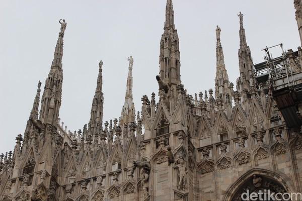 Foto: Yang unik dari gereja ini adalah adanya ratusan patung terbuat dari marmer putih yang diukir dengan detail dan rapi. Patung-patung itu menempel di dinding Katedral. (Erwin/detikTravel)