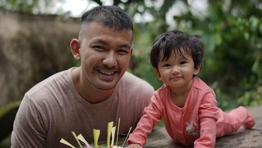 Lucu Parah! Baby Sal, Anak Rio Dewanto dan Atiqah Hasiholan Sunbathing di Bali