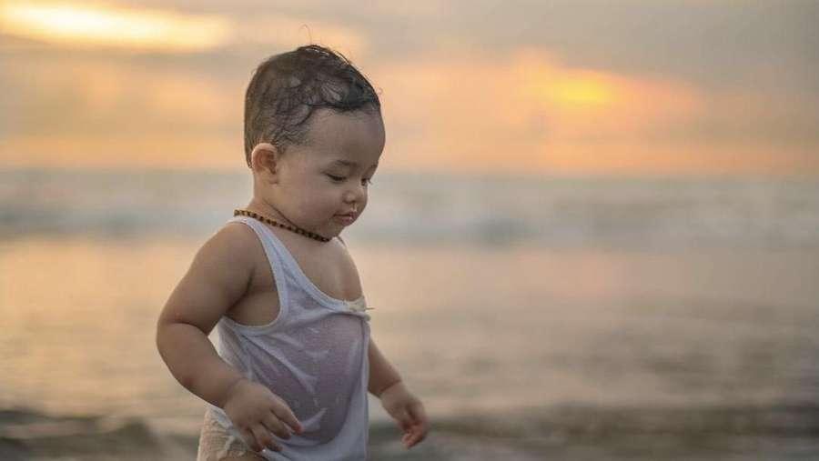Gemas! Anak Bungsu Anang dan Ashanty Happy Main-main di Pantai