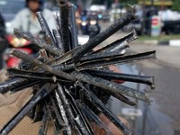 Ranjau Paku yang Mengancam Pengendara Jakarta
