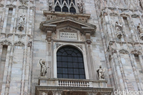 Foto: Di bagian pintu utama katedral, ada ukiran tentang cerita perjalanan hidup Yesus dari lahir hingga peristiwa penyaliban. Patungnya diukir dengan halus dengan detail anatomi manusia yang sempurna. (Erwin/detikTravel)