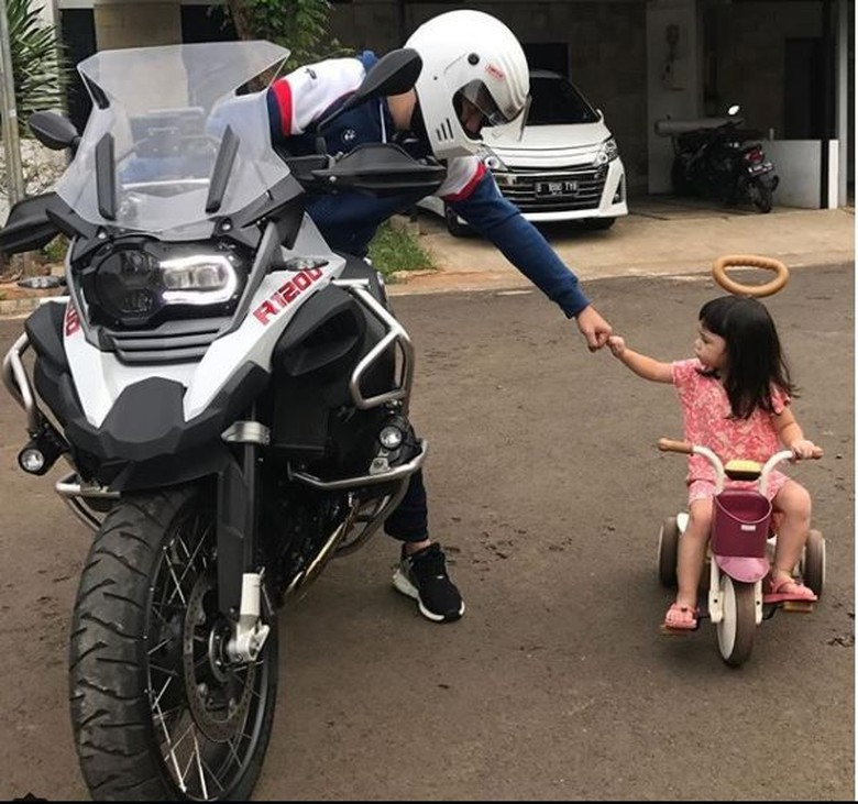 Gaya Gading Marten dengan Moge BMW Bersama Gempita. Foto: Screenshot Instagram Gading Marten