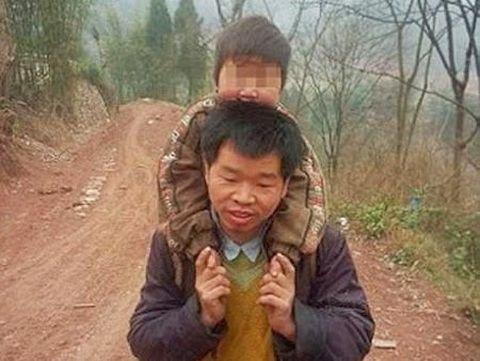 Kisah Haru Ayah Naik-Turun Bukit Gendong Anak yang Difabel ke Sekolah