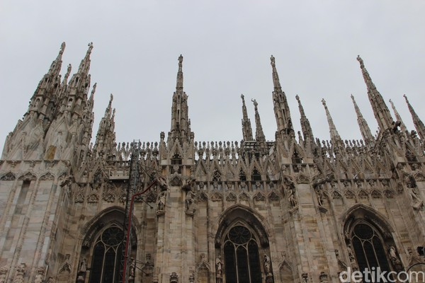Foto: Katedral Milano dibangun sejak tahun 1387, arsiteknya bernama Simone da Orsenigo. Pembangunan katedral terus berlangsung sampai sekarang. Arsitek terakhirnya Benigno Morlin Visconti Castiglione di tahun 1988. (Erwin/detikTravel)