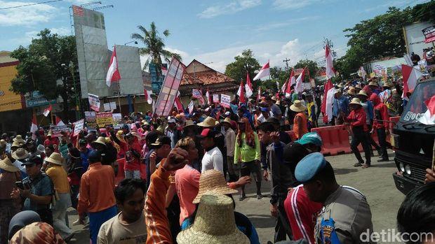 Massa memenuhi badan jalan Pantura Rembang.