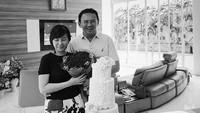 Di hari ulang tahun Veronica yang ke-41, Ahok mengunggah fotonya bersama Vero yang memegang buket bunga. Di hadapan Ahok dan Veronica, terlihat sebuah kue ulang tahun tiga tingkat dengan tulisan Veronica di bagian bawah. Ada dua kue ulang tahun lainnya selain kue tersebut. Selain itu, ada nasi tumpeng yang terlihat pada foto. Selamat ulang tahun untuk istri yang selalu setia mendampingi saya, Veronica, tulis Ahok di akun instagramnya, 5 Desember 2017. (Foto: Instagram @basukibtp)