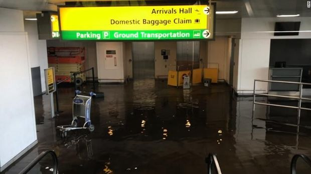 Genangan air membanjir area pengambilan bagasi di Terminal 4 Bandara JFK New York