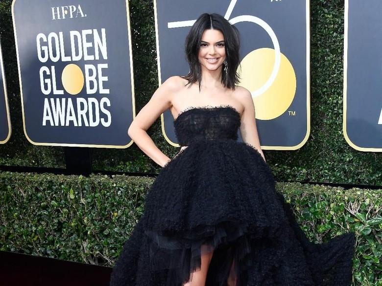 Unggah Foto Tanpa Busana, Kendall Jenner Dibully karena Jari Kaki