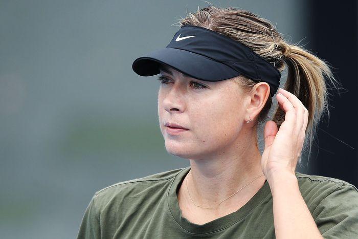 Mengenakan T-shirt hijau dan celana pendek hitam serta sepatu putih, Sharapova mulai menjajal venue untuk Australia Terbuka. (Michael Dodge/Getty Images)