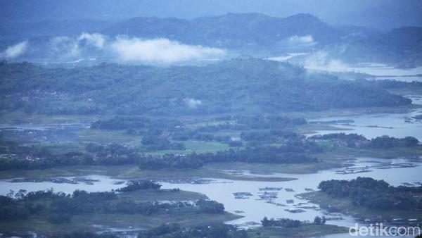 Kalau dari ketinggian, pemandangan itu akan terlihat indah. Namun jika dilihat dari dekat tampak banyak sampah di aliran sungainya (Wisma Putra/detikTravel)