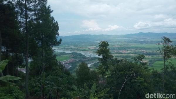 Jika dilihat dari puncak gunung ini, pemandangan Sungai Citarum bagai danau hasil letusan gunung berapi, airnya terlihat tenang (Wisma Putra/detikTravel)