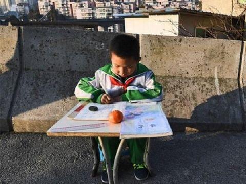 Kisah Haru Bocah 8 Tahun yang Setiap Hari Belajar di Jembatan Layang