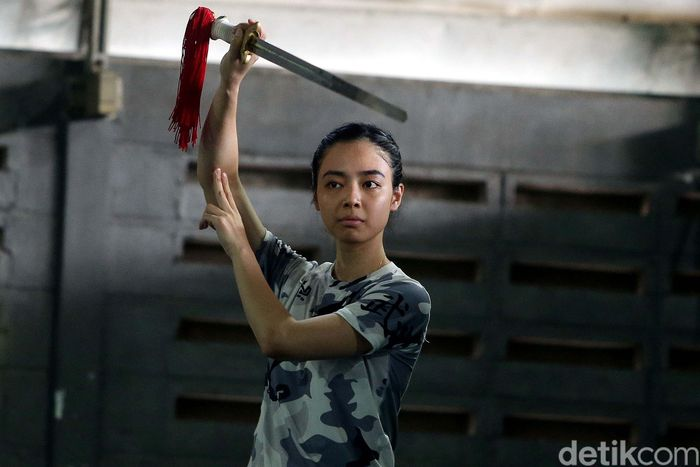 Atlet Wushu berlatih di GOR Simprug, Jakarta, Senin (08/01/2018).