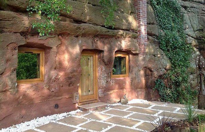 Sisi bagian depannya terdapat sebuah pintu dan dua buah jendela terbuat dari kayu dan kaca. Di halamannya juga terlihat lantai yang terdiri dari susunan keramik batu. Istimewa/Curbed.