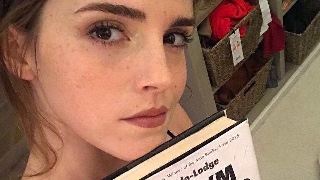 Penampilan Baru Emma Watson dengan Poni Super Pendek, Yay or Nay?