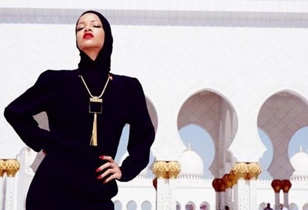 Penyanyi Rihanna juga pernah datang ke masjid kenamaan itu. Mengenakan hijab hitam dan tertutup, tapi ia terpaksa diusir karena gayanya yang menantang (badgalriri/Instagram)