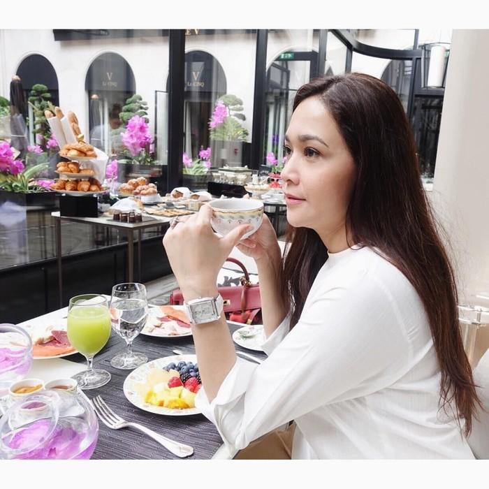 Kalau ini saat Maia sedang di Paris. Breakfast tulis Maia di akun instagram pribadinya. Di sini terlihat piringnya penuh dengan buah. Sarapannya sehat sekali ya! Foto: Instagram Maia Estianty