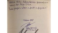 Ada pula yang meminta Ahok membantu untuk minta maaf. Permintaan itu pun disanggupi Ahok dengan menulis di buku (Foto: Instagram @basukibtp)