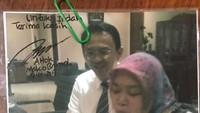 Dalam surat balasannya, Ahok juga menyertakan fotonya bersama Indah saat di Balai Kota. (Foto: Instagram @basukibtp)