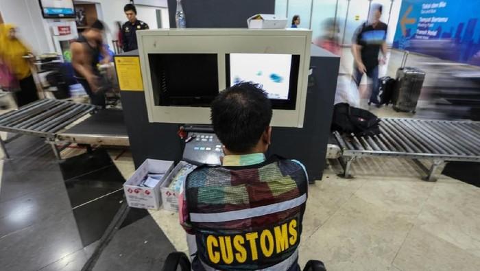 Petugas Bea Cukai lakukan pengawasan barang di Bandara