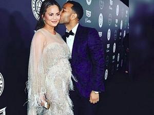 So Sweet, John Legend Bantu Chrissy Teigen yang Lagi Hamil Besar Pakai Celana