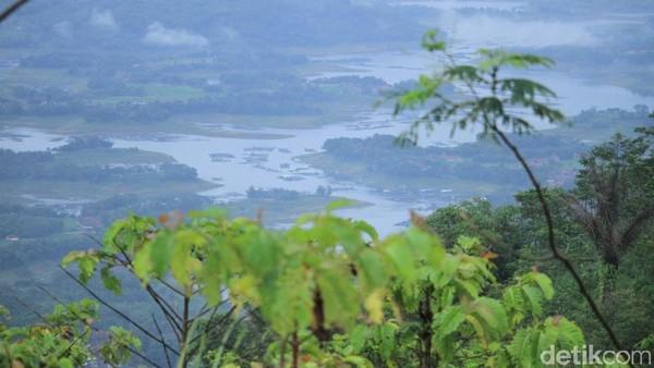 Nah, dari objek wisata di puncak gunung ini, pemandangan Gunung Geger Pulus dengan lanskap Sungai Citarum memang menjadi daya tarik tersendiri bagi para wisatawan berkunjung (Wisma Putra/detikTravel)