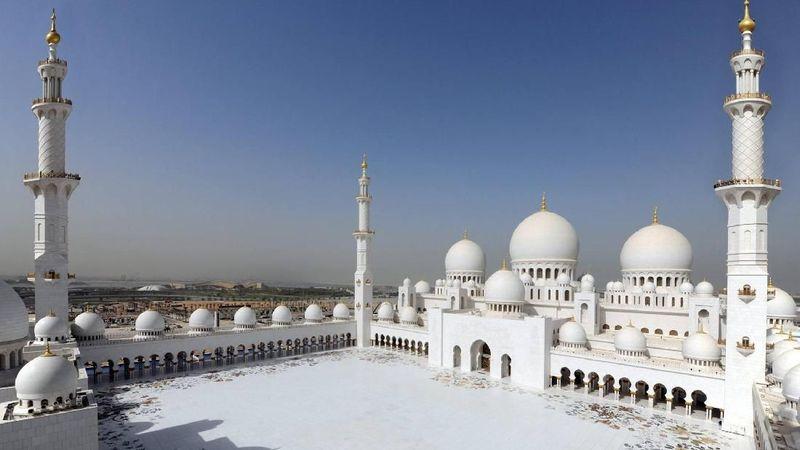 Masjid Agung Sheikh Zayed merupakan salah satu masjid termegah di Uni Emirat Arab. Masjid ini tidak hanya menarik Muslim untuk berkunjung, namun juga dikunjungi artis dunia. (Visit Abu Dhabi)