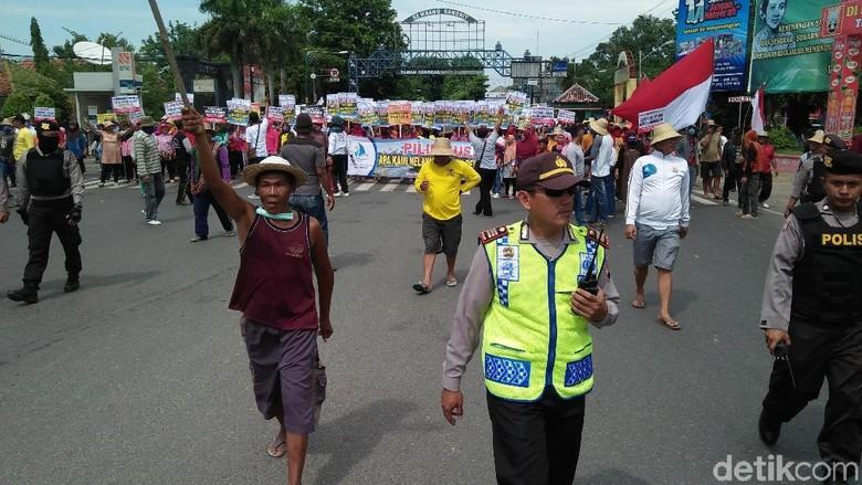 Ada Demo Pelarangan Cantrang, Arus Lalin di Pantura Rembang Terblokir
