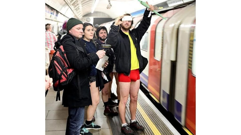 Ratusan Warga London Nekat Naik Kereta Tak Pakai Celana di Musim Dingin 976e91f1f7