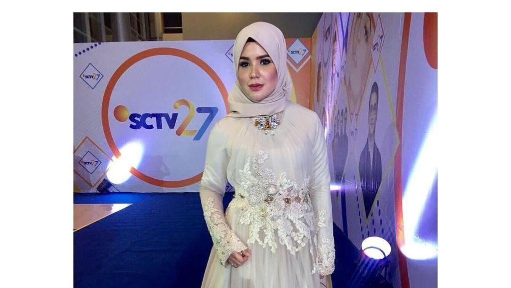 Foto: Manisnya Aldila Jelita, Istri Indra Bekti dengan Gaya Hijab Simpel
