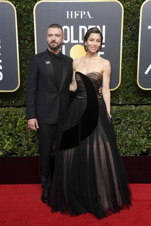 Gaya Serba Hitam Para selebriti di Golden Globes 2018