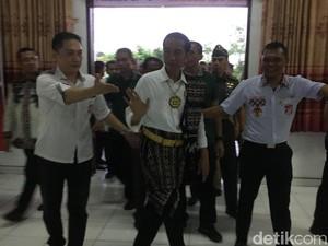 Gaya Jokowi Pakai Busana Adat Pulau Rote