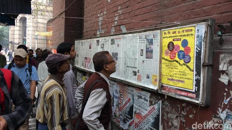 Warga Kolkata, India sedang membaca koran/majalah dInding (Masaul/detikTravel)
