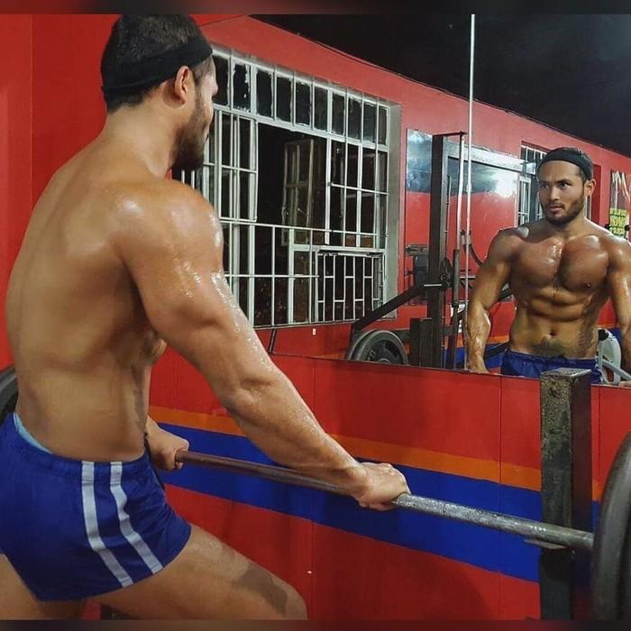 Meski sering bercanda saat olahraga, Sinon serius membentuk badan. Setiap hari ia bisa dua kali mengunjungi pusat kebugaran untuk latihan beban. (Foto: Instagram/sinonloresca)