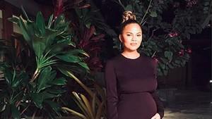 Baby Bump Mulai Kelihatan, Chrissy Teigen Makin Cantik