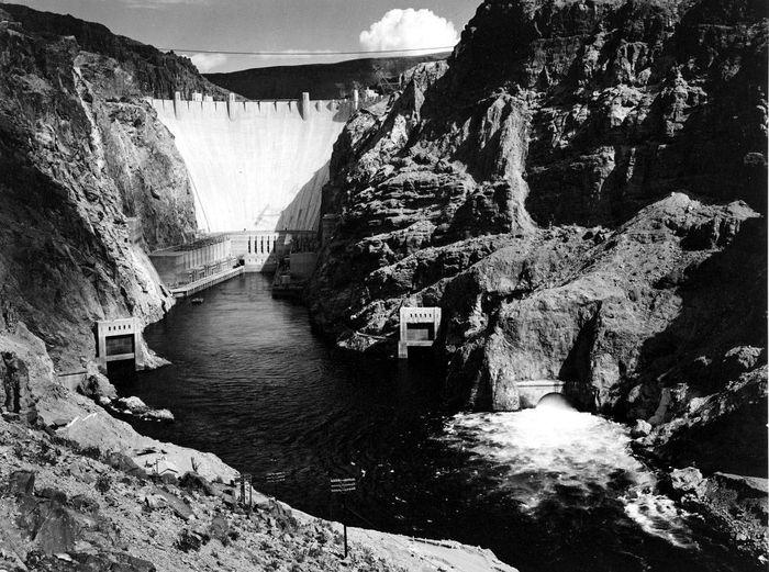 Ini adalah Hoover Dam di Nevada, Arizona, Amerika Serikat. Bendungan ini dibuat saat pemerintahan Presiden Franklin D. Roosevelt pada 1935. Pengerjaannya mampu menyerap ratusan ribu tenaga kerja. Istimewa/Unintech