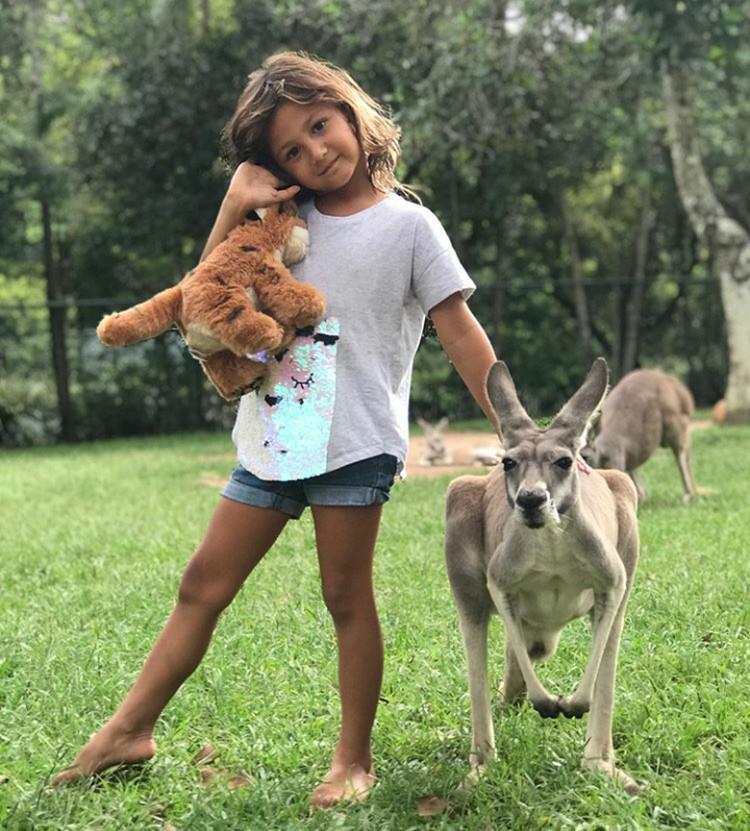 Ayanna Rose, putri pertama Indah Kalalo berani banget nih berpose bareng kanguru. (Foto: Instagram @indahkalalo)