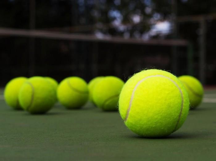 Tidak diketahui seberapa kencang bola tenis mengenai dada sang pria. (Foto: Thinkstock)