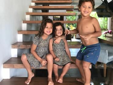 Tiga bersaudara ini terlihat akrab ya, Bun. (Foto: Instagram @indahkalalo)