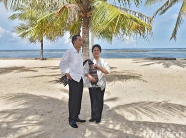 Momen Jokowi dan Iriana di Pulau Rote. Indah sekali pemandangannya. (Foto: Agus Suparto/Biro Pers Setpres)