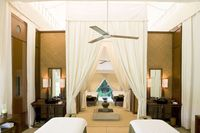 Suasana kamar tidur di dalam tenda resor (aman.com)