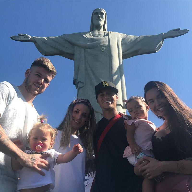Patung Cristo Redentor adalah patung Yesus Kristus yang terdapat di Rio de Janeiro, Brasil. Coutinho beserta istri, Aine Coutinho, dan rekannya pernah mengunjunginya (phil.coutinho/Instagram)