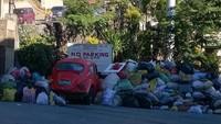 Diberitakan Vira4real, hal tersebut bukan tanpa alasan, sebab mobil-mobil yang keseringan milik wisatawan itu dipenuhi oleh tumpukan sampah itu karena mereka memarikir ditempat yang ditunjuk untuk penampungan sampah di wilayah itu dan sudah jelas tertera tanda dilarang parkir di tempat tersebut. Foto: Pool (Viral4Real)